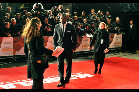 Smart guy Idris Elba 'catwalks' the red carpet