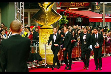 Tom Hiddleston strides passed the Olivier statue