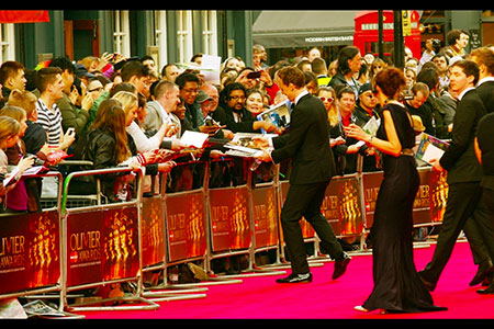 Tom Hiddleston concedes to autograph hunters